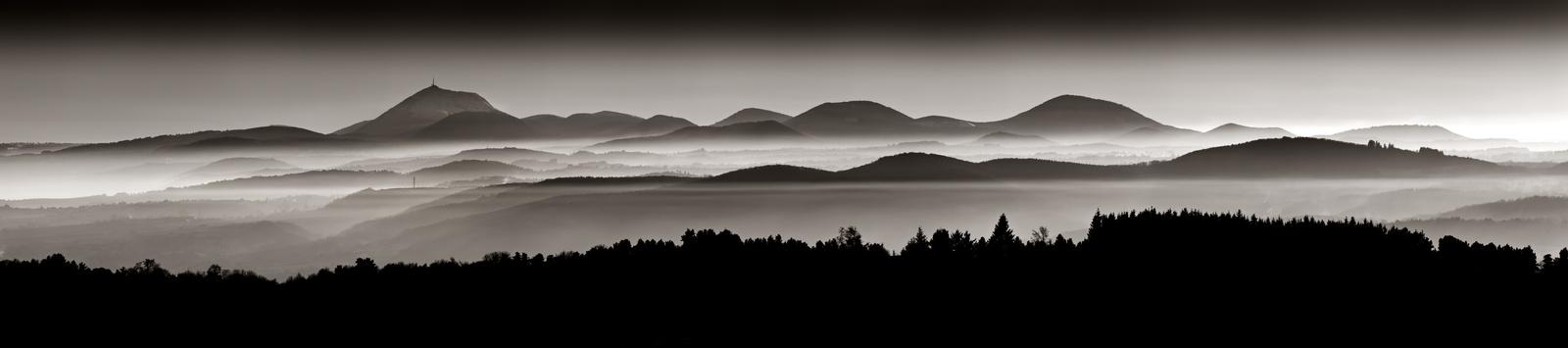 vue-panoramique-volcans-d-auvergne-chaine-des-puys